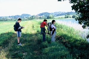 Mladi ornitologi pri opazovanju ptic ob jezeru Komarnik