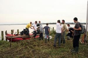 Po zaključku akcije so utrujeni prostovoljci pospravili opremo.