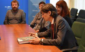 Ministru smo podarili tudi nov Atlas ptic Slovenije. Foto: Alen