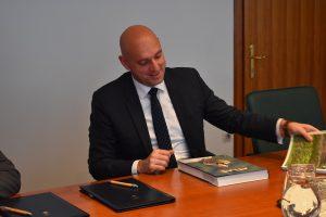 Minister se je razveselil darila... Foto: Alen