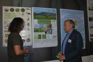 V okviru konference so posamezne organizacije s posterji predstavile svoje delo. Na fotografiji levo je predstavnik DOPPS na dogodku, Gregor Domanjko.