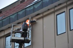 V šestih urah dela smo zvrtali 150 lukenj in police znižali za 60 centimetrov. foto: Stanko Jamnik