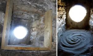 Nekatere rešitve so se ponudile kar na licu mesta. Za vrhnjimi linami zvonika so zaradi debelih zidov nastale prostorne gnezdilne niše. Potrebno je bilo le odstraniti mrežo na lini, na zadnji del stene namestiti vratca, da pa bodo lahko v niši gnezdilne tudi ptice, ki ne spletajo gnezd (sove, postovka), smo na dno nasuli plast sipkega peska. Razčlenjen kamnit strop niše pa je primeren tudi za netopirje.<br/> <em>Foto: Tomaž Mihelič</em>
