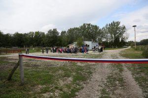 Udeleženci otvoritve tik pred slavnostnim rezanjem traku.