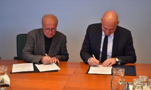Podpis aneksa h koncesijski pogodbi. Foto: Alen Ploj