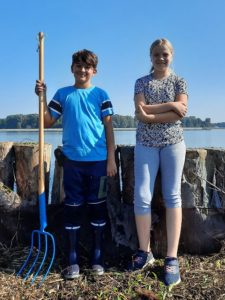 Erazem in Tinkara  - naša najmlajša prostovoljca na prodnatem otoku 1. Foto: Urša Gajšek